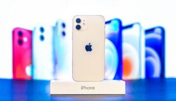 """iPhone 12 alb, pe o cutie albă, cu denumirea telefonului, cu un ecran cu mai multe telefoane. Puțini știu de la ce vine litera """"i"""" din denumirea iPhone"""